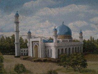 Фотография картины с изображением мечети на природе. Облака, деревья, голубые купола, минарет.
